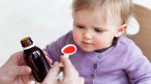 Ребенку дают антибиотик