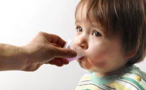 Ребенок пьет антибиотик