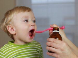 Ребенку дают лекарство
